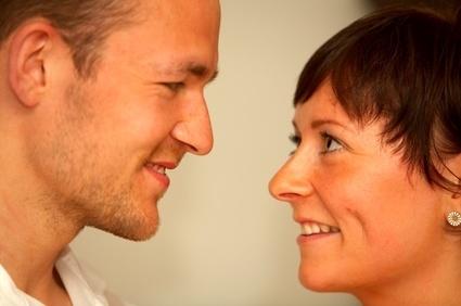 Männer flirten körperkontakt